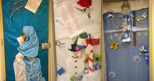 Voliss - Christmas door decorating ideas for medical office